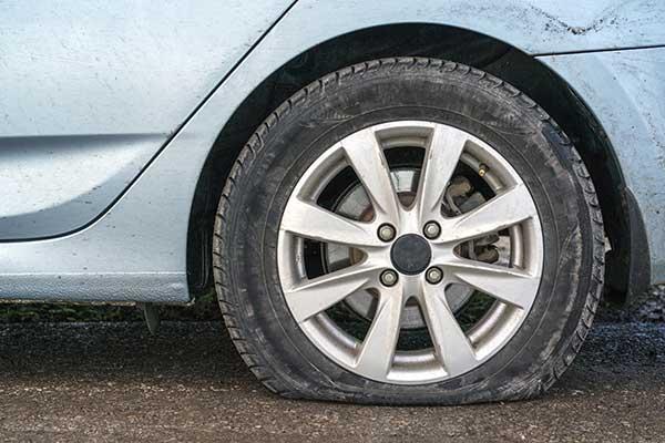 空気圧不足のタイヤ
