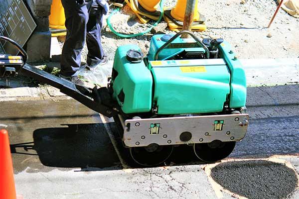 ピッチタールがいっぱいの道路工事