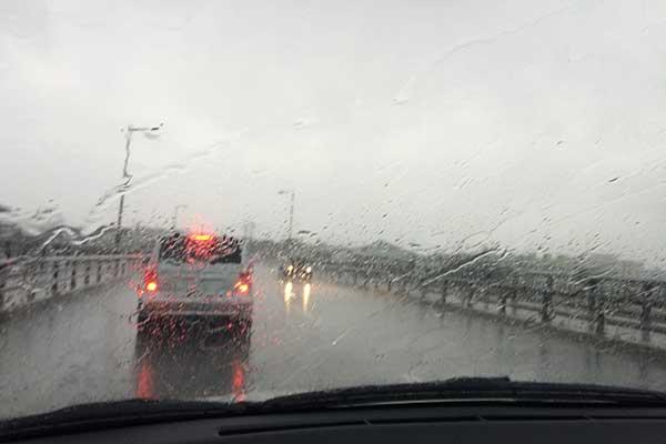 雨中の車での走行