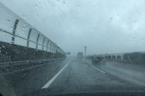 ハイドロプレーニングが起きやすい雨の高速